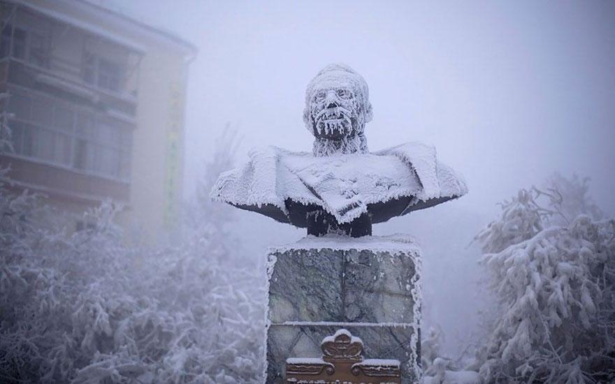 soğuktan donmuş Ivan Kraft'ın heykeli